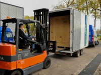 Verhuisbox wordt opgehaald door verhuizers - SlaOpBijStrang